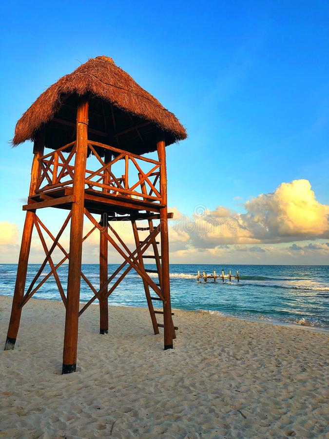 Hölzerner Wachturm auf dem leeren Strand bei Sonnenuntergang, Cancun, Mexiko stockbild
