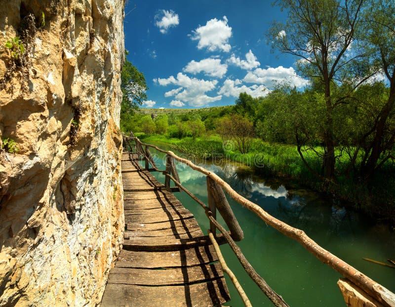 Hölzerner Weg entlang dem Fluss lizenzfreie stockbilder