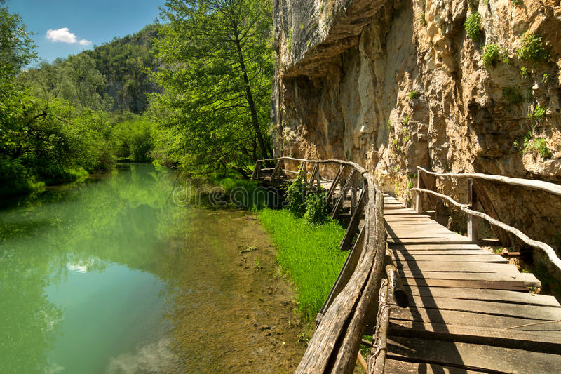 Hölzerner Weg entlang dem Fluss stockfotos