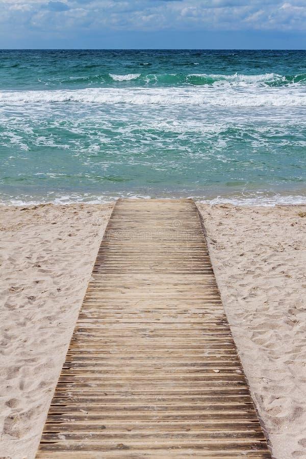 Hölzerner Weg zum Meer stockbild