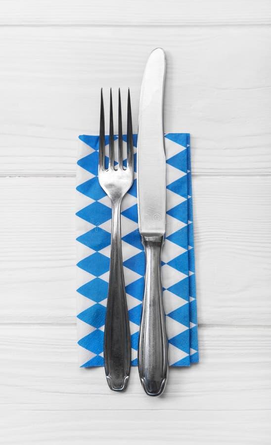 Hölzerner weißer Hintergrund für eine Menükarte mit Tischbesteck im blauen whi lizenzfreie stockfotografie