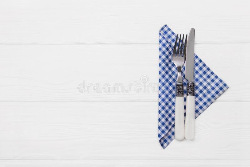 Hölzerner weißer Hintergrund für eine Menükarte mit Tischbesteck im blauen whi lizenzfreies stockfoto