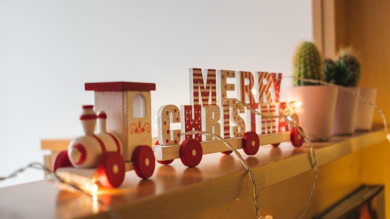 Hölzerner Zug der frohen Weihnachten auf einem Regal stockfoto