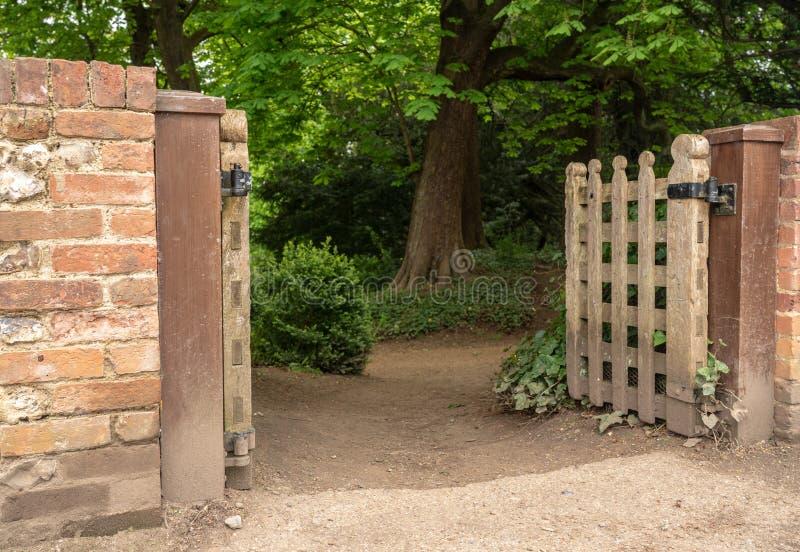 Hölzerner Zugang in mysteriösen Waldweg stockfotografie