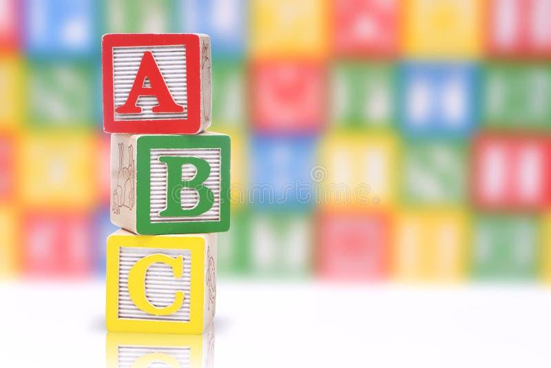 hölzernes Alphabet für Kinder lizenzfreie stockfotos