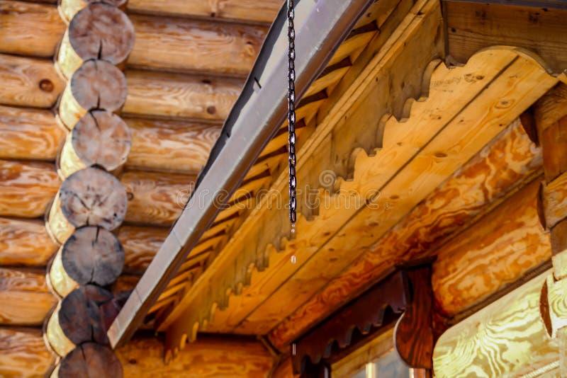 Hölzernes Architektur- und Wasserbratenfett vom Dach stockbilder