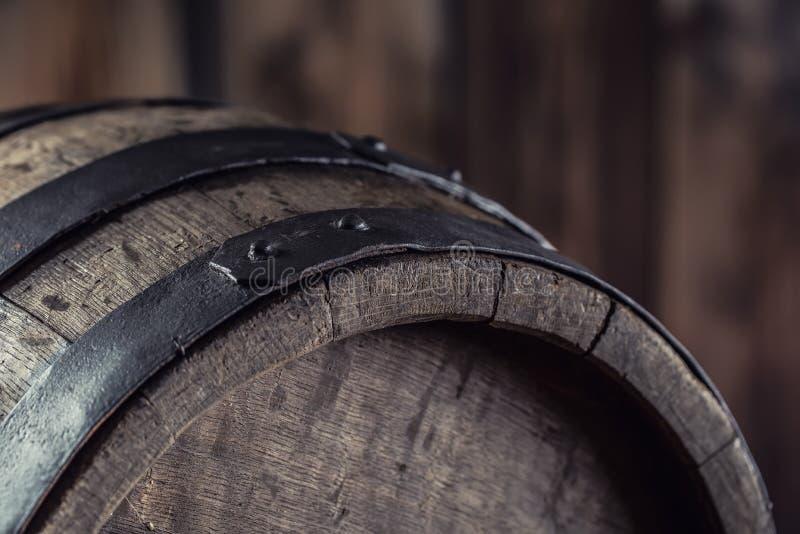Hölzernes barel Altes hölzernes Faß Barel auf Bierrebwhiskyweinbrandrum oder -kognak stockfotografie
