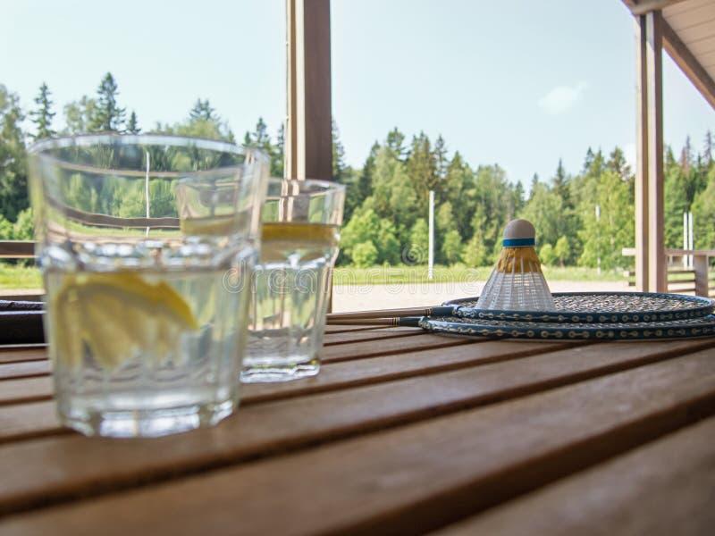 Hölzernes Bauernmöbel auf der Terrasse eines Landhauses Zwei Gläser unscharf mit einer Auffrischungslimonade mit Zitronenscheiben lizenzfreies stockfoto