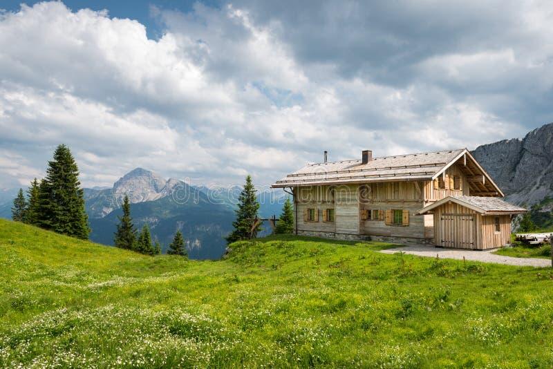 Hölzernes Bauholzchalethaus auf österreichischen Bergen stockfoto