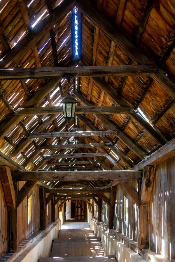 Hölzernes bedecktes Treppenhaus an Biertan-Wehrkirche lizenzfreie stockfotografie