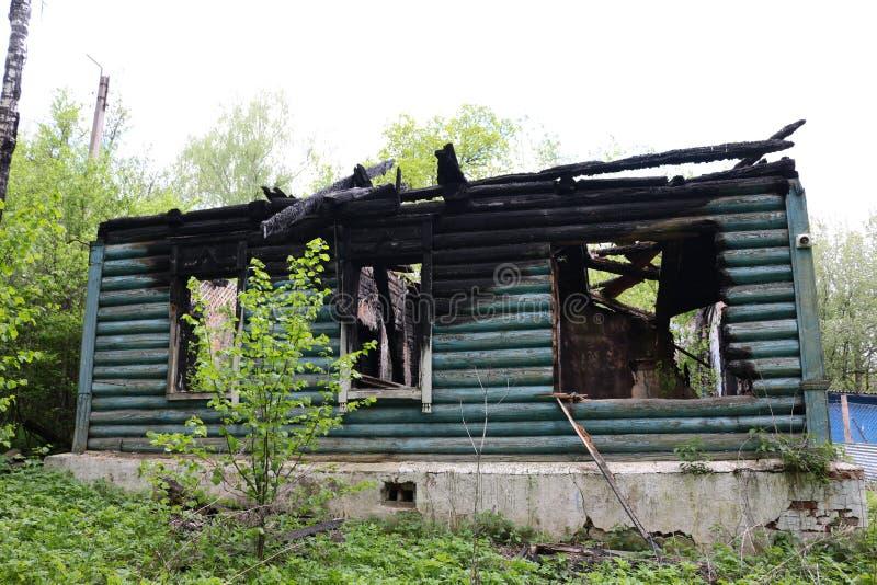Hölzernes Blockhaus nach einem Feuer stockbilder