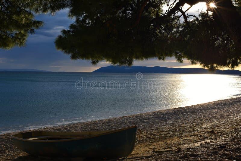 Hölzernes Boot auf der adriatischen Küste stockbilder
