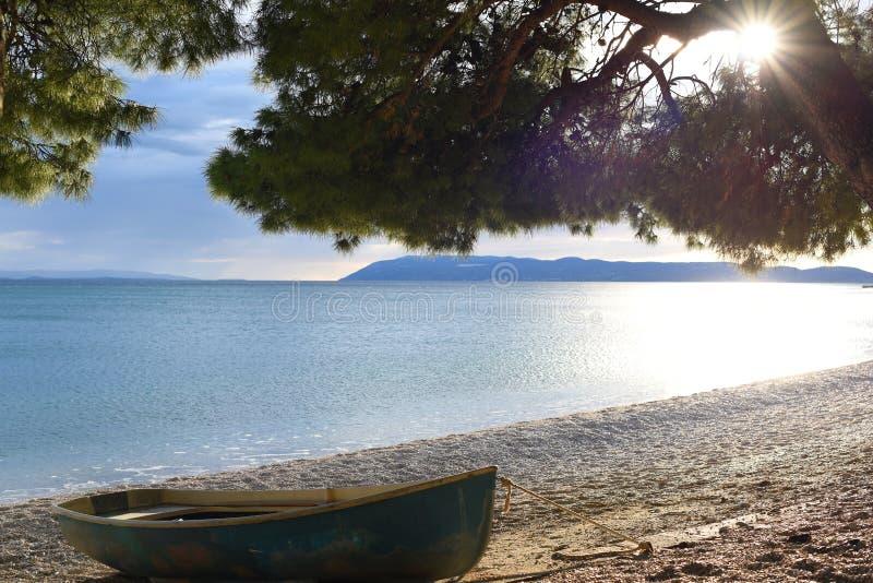 Hölzernes Boot auf der adriatischen Küste stockfotografie