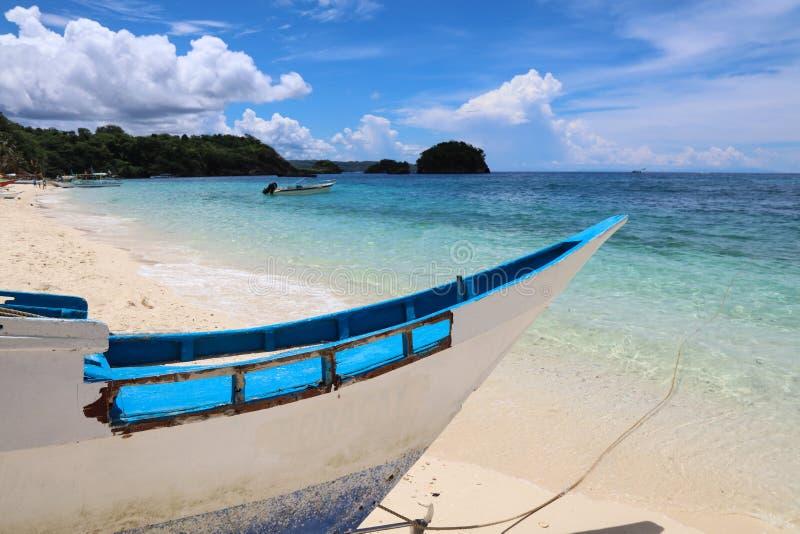 Hölzernes Boot auf Strand Ilig Iligan, Boracay-Insel, Philippinen lizenzfreie stockfotografie