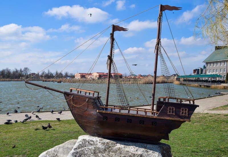 Hölzernes Boot mit Masten für Segel lizenzfreie stockfotos