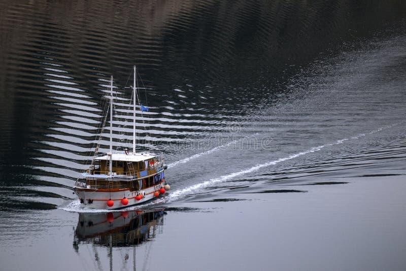 Hölzernes Boot mit zwei Masten lizenzfreies stockbild
