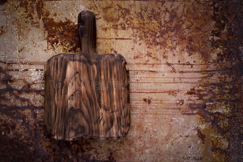 Hölzernes Brett des leeren Ausschnitts auf einem rostigen Metallhintergrund Spitze konkurrieren lizenzfreie stockfotos