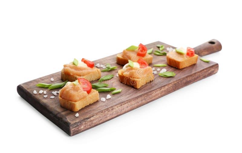 Hölzernes Brett mit köstlichen Kabeljaukaviaraperitifs stockbild