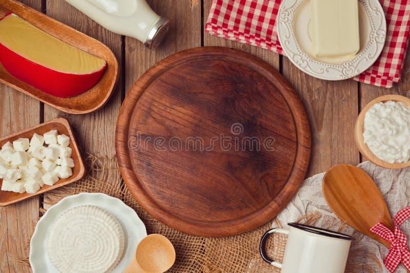 Hölzernes Brett mit Milch und Käse Platz für Text Gesundes Essenkonzept Ansicht von oben stockfotos