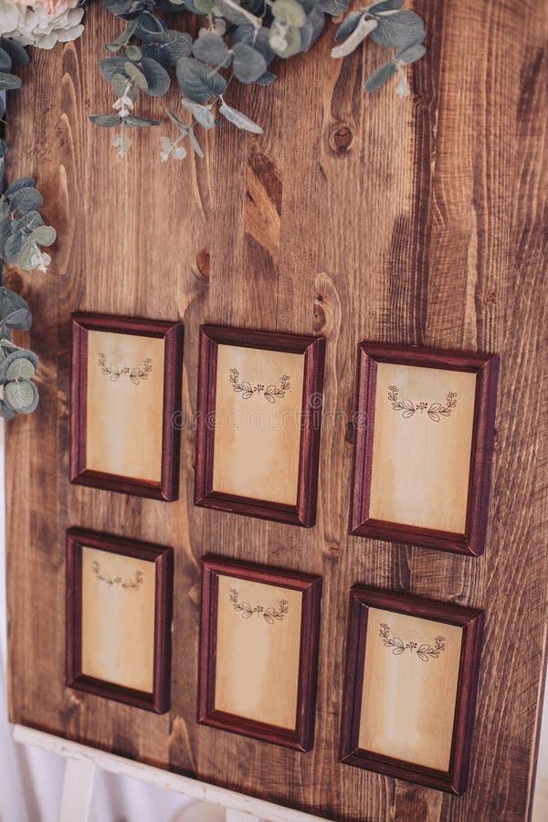 Hölzernes Brett mit Rahmen im braunen Stangenbrot, verziert mit Blumen brachte an einem Gestell an lizenzfreie stockfotos