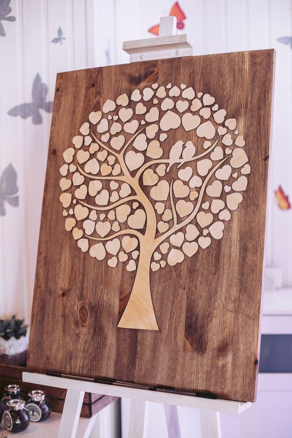 Hölzernes dekoratives Brett mit einem Baum in Form der Herzen auf dem Gestell lizenzfreie stockfotografie
