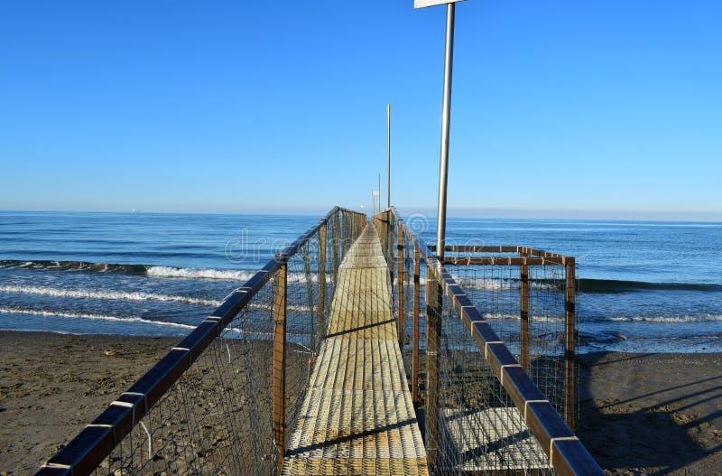 Hölzernes Dock, Rimini, Italien lizenzfreies stockfoto
