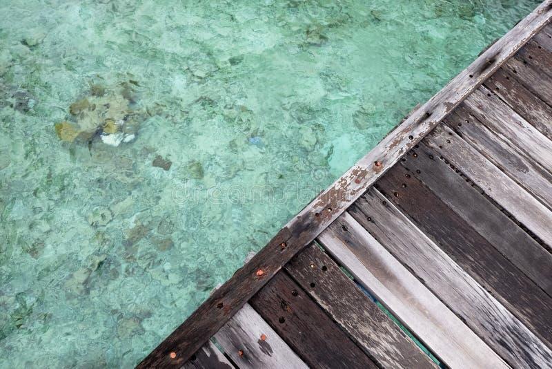 Hölzernes Dockdreieck über klarem Wasser stockbilder