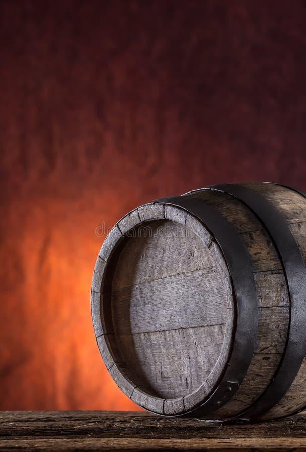 Hölzernes Faß Altes hölzernes Faß Barel auf Bierrebwhiskyweinbrand oder -kognak stockfotografie