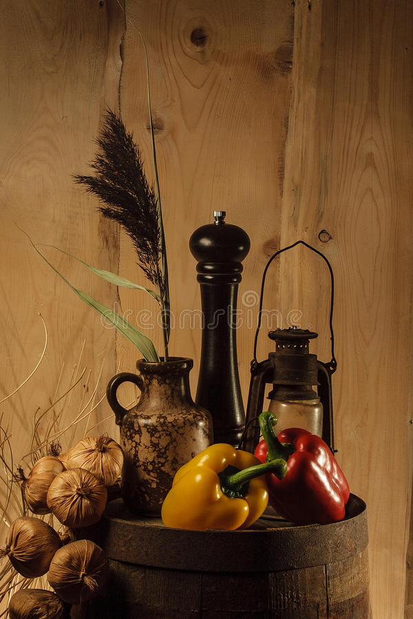 Hölzernes Fass des Broun-Farbestilllebens mit Gemüse stockfotos