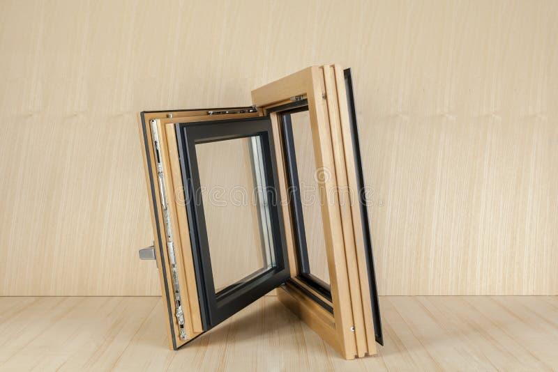 Hölzernes Fenster auf hölzernem Hintergrund lizenzfreie stockbilder