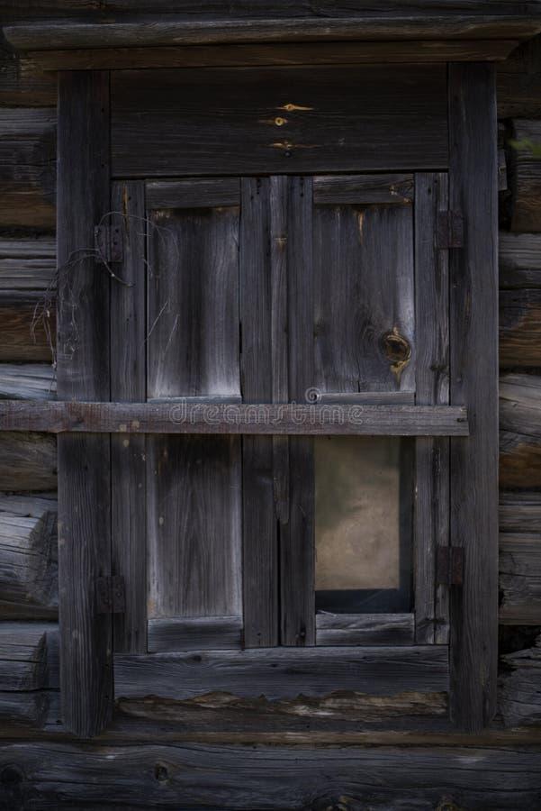 Hölzernes Fenster eines alten Hauses in einem kleinen Dorf stockbild