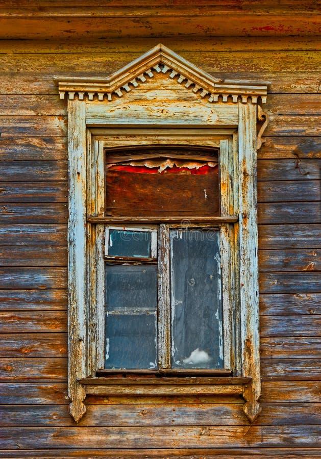 Hölzernes Fenster geschnitzter Rahmen von hölzernem Spitzen- in Astrakhan Russland lizenzfreie stockfotografie