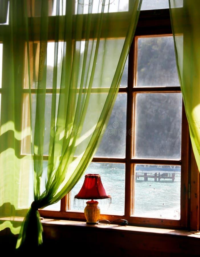 Hölzernes Fenster mit Seeansicht stockfoto