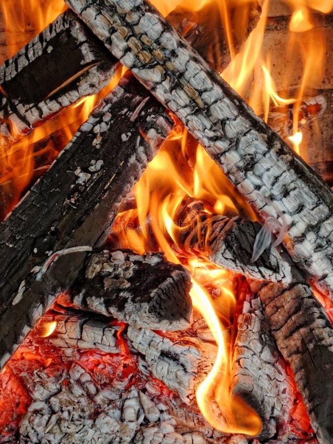 Hölzernes Feuer des Grills stockbilder