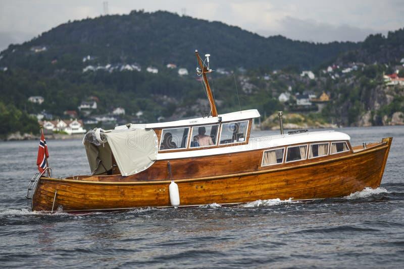 Hölzernes Fischerboot auf der Bucht nahe Bergen, Norwegen lizenzfreie stockbilder