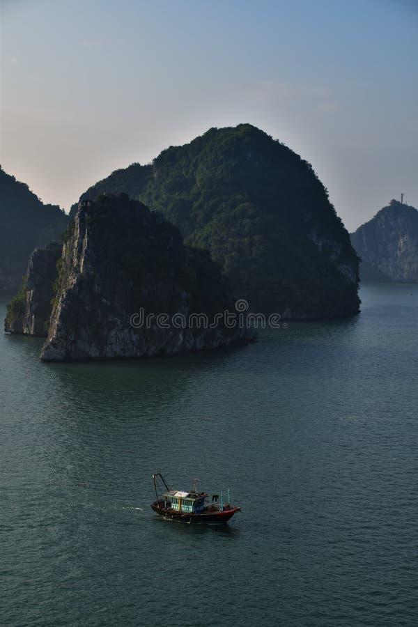 Hölzernes Fischerboot in Halong-Bucht, Vietnam lizenzfreie stockfotografie