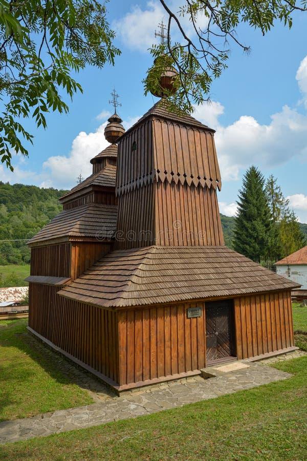 Hölzernes griechisches katholisches Heiliges Nicholas Church im kleinen Dorf von Bodruzal in Slowakei lizenzfreie stockbilder