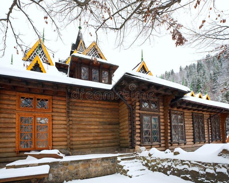Hölzernes Haus des Landes und Winterwald stockfotografie