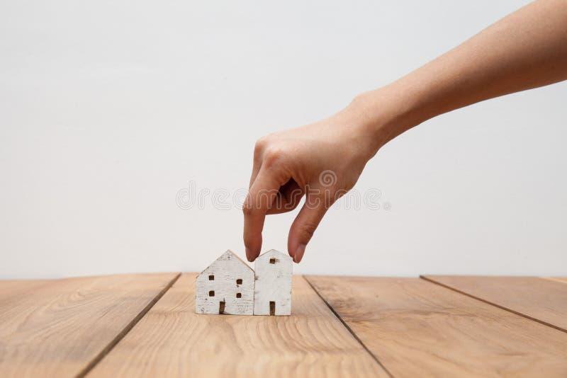 Hölzernes Haus und heben Hand auf lizenzfreies stockfoto