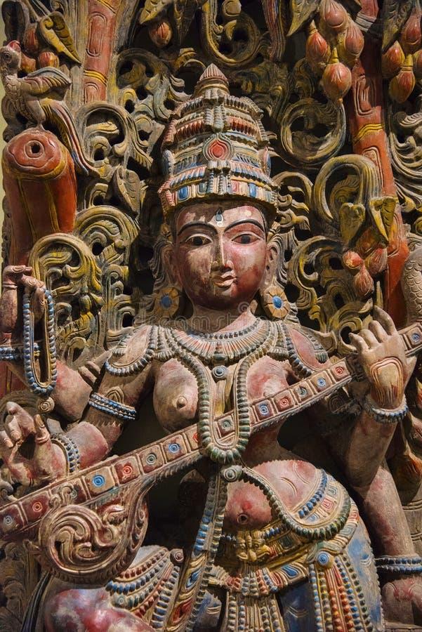 Hölzernes Idol der Göttin Saraswati, Egmore, Chennai, Indien Gefunden am Regierungs-Museum oder an Madras-Museum lizenzfreie stockfotografie