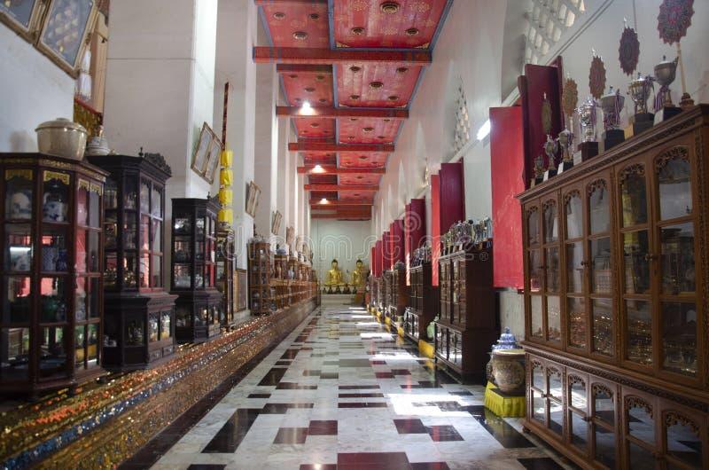 Hölzernes Kabinett Tipitaka Innen-ubosot und Buddha-Statue des schönen thailändischen Tempels in Singburi, Thailand stockbilder