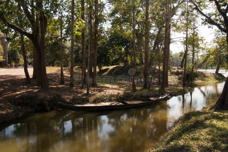 Hölzernes Kanu festgemacht durch Riverbank lizenzfreies stockbild
