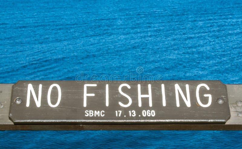 Hölzernes ` kein Fischen ` Zeichen in dem Pazifischen Ozean stockbilder
