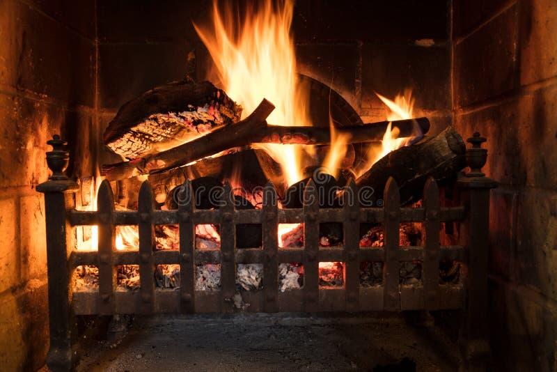 Hölzernes Klotz-Feuer, das in einem traditionellen Land-Kamin brennt lizenzfreie stockfotos