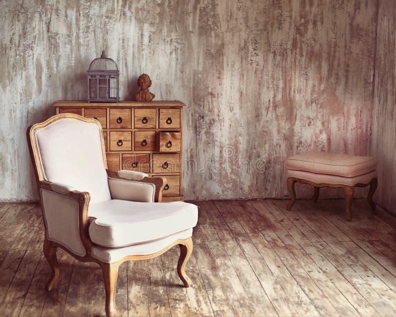 Hölzernes Kommode im schäbigen angeredeten Raum mit Vogelkäfig und lizenzfreie stockfotografie