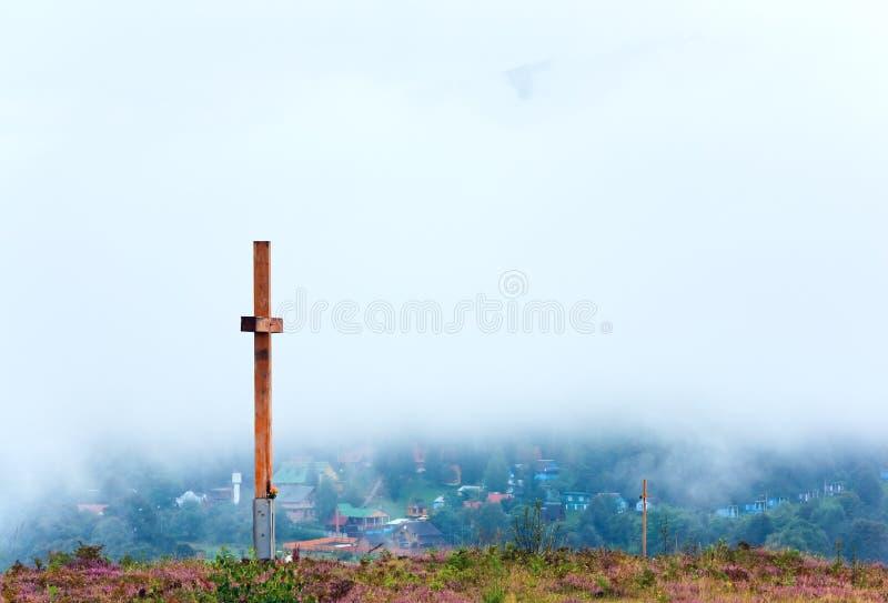 Hölzernes Kreuz auf die Sommerheidekrautblumenhügeloberseite lizenzfreies stockfoto