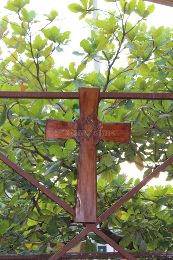 Hölzernes Kreuz auf einem hölzernen Hintergrund stockfoto