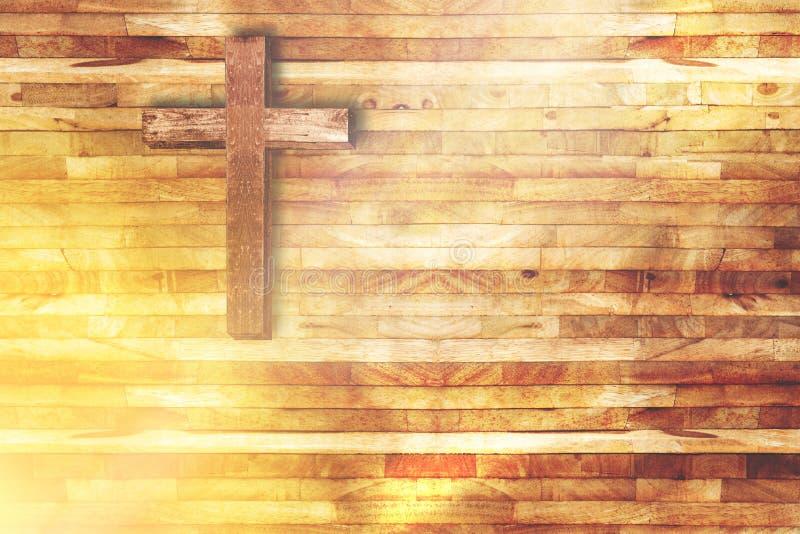 Hölzernes Kreuz auf hölzernem Hintergrund in der Kirche mit Strahl des Lichtes stockfoto