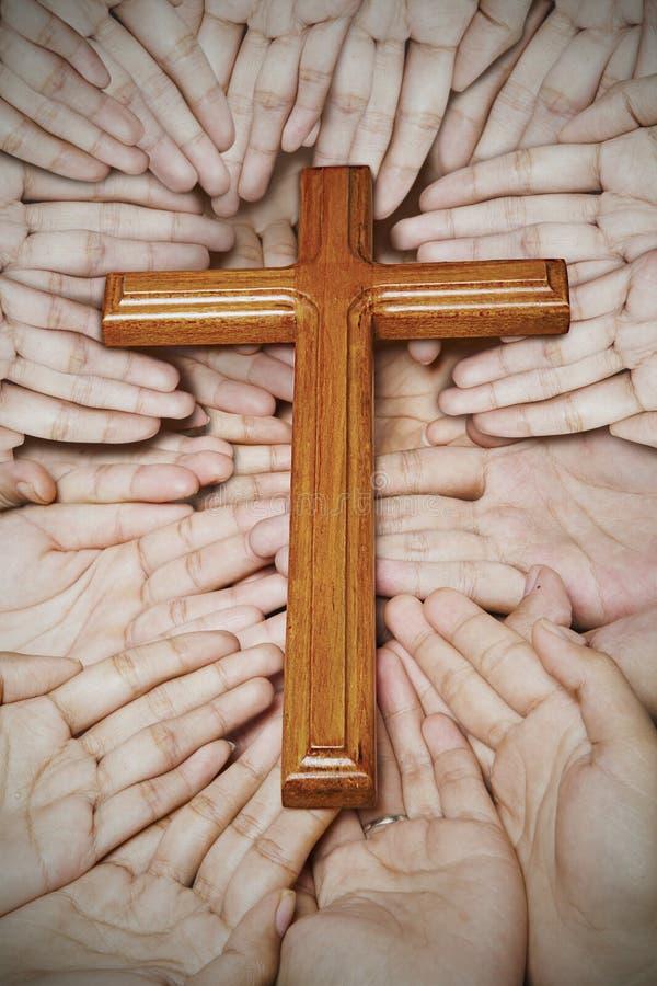 Hölzernes Kreuz in den Händen lizenzfreie stockfotos