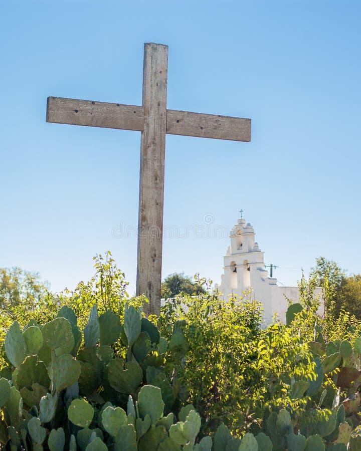 Hölzernes Kreuz und Kirche stockfoto